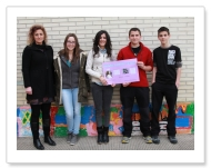 Alumnos del Instituto Mendaur con uno de los carteles junto a Ana Mari Arregui